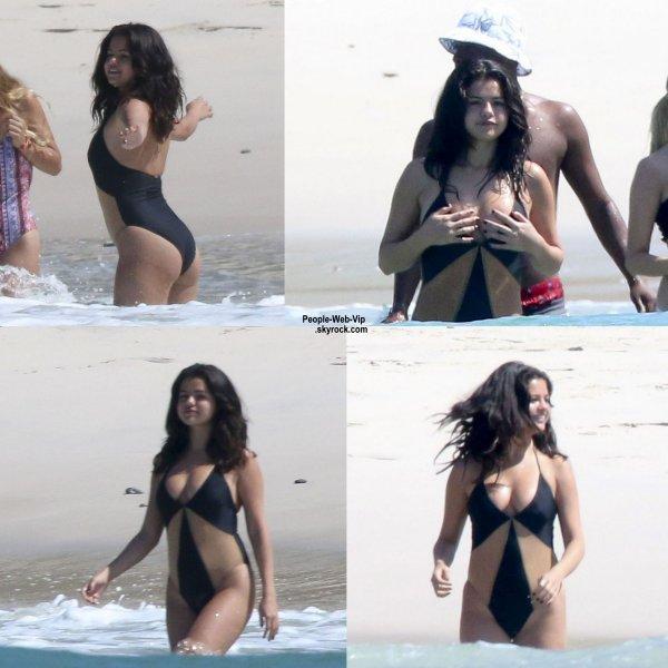Selena Gomez s'amuse sur la plage de Puerto Vallarta, pendant ses vacances au Mexique, dans un bikini sexy ! (jeudi (16 Avril)