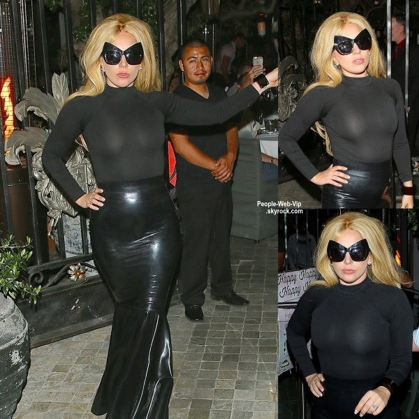Lady Gaga a été aperçue quittant un restaurant à Californie. ( vendredi (17 Avril) à West Hollywood, en Californie.)