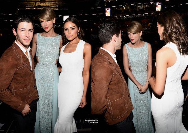 """Taylor Swift a été aperçue avec sa mère Andrea lors de la cérémonie des """"2015 Academy of Country Music Awards""""  tenue au Stade AT & T.  La chanteuse a reçu le prix Milestone par sa mère, qui a récemment été diagnostiqué avec le cancer. (dimanche (19 Avril) à Arlington, Tex.)"""