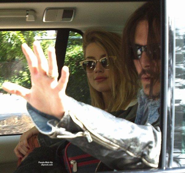 Johnny Depp et son épouse Amber Heard main dans la main en arrivant d'un jet privé à l'aéroport de Brisbane  (lundi (20 Avril) en Australie.)