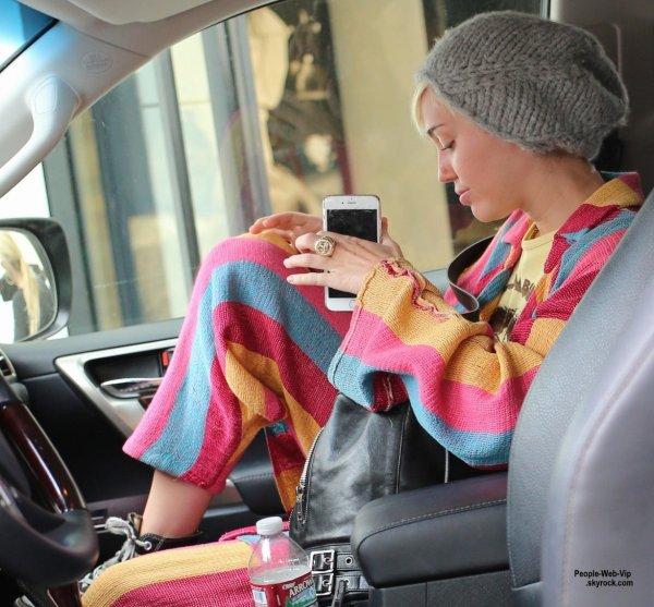 Miley Cyrus a été aperçue lors d'une virée shopping avec un ami sur Rodeo Drive le lendemain de son annonce de sa rupture avec Patrick Schwarzenegger (mardi (21 Avril) à Beverly Hills, en Californie.)