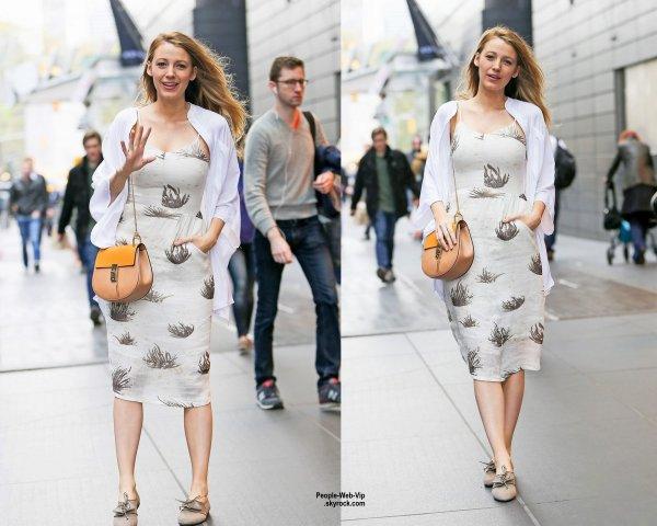 Blake Lively a été aperçue dans les rues de de New York quittant son hôtel. (jeudi (23 Avril) à New York City.)