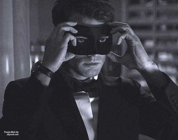"""Cinquante nuances de Grey aura droit à deux suites qui sortiront en 2017 et 2018 ! Découvrez la première photo avec Jamie Dornan issu de """"Cinquante nuances plus sombres""""  en salles à l'occasion de la fête des amoureux de 2017 !  ON AIME LA PHOTO?"""