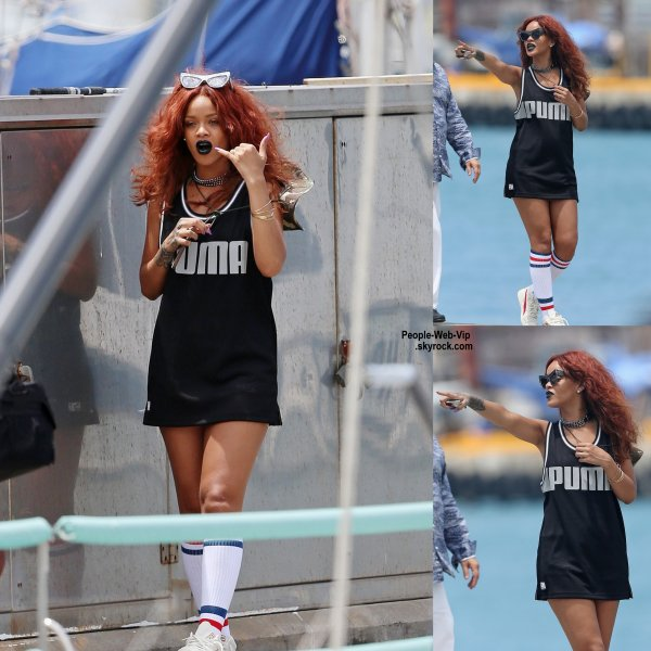 Rihanna a été aperçue pendant ses vacances à Hawaii. (vendredi après-midi (Avril 24) à Honolulu, Hawaii.)