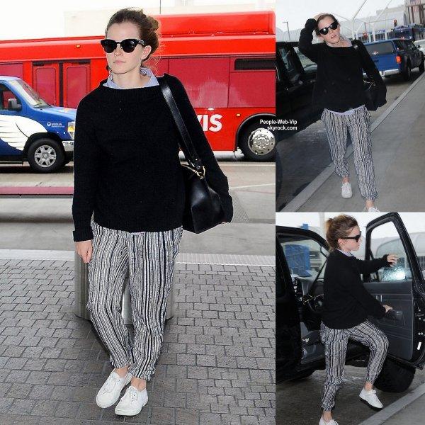 Emma Watson aperçue a son arrivée à l'aéroport de LAX. ( samedi (25 Avril) à Los Angeles.)