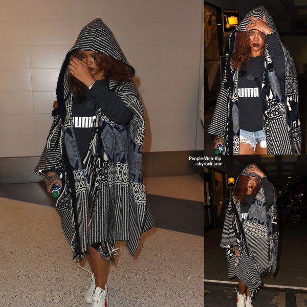 Fini les vacances à Hawaï ! Rihanna aperçue a son arrivée à l'aéroport LAX. (mardi soir (Avril 28) à Los Angeles.)