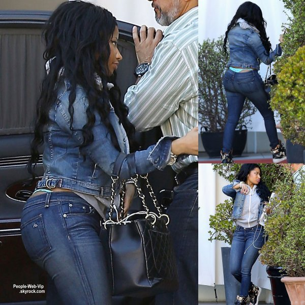 Nicki Minaja été aperçue dans les rues de Los Angeles. ( mardi (28 Avril) à Los Angeles.)