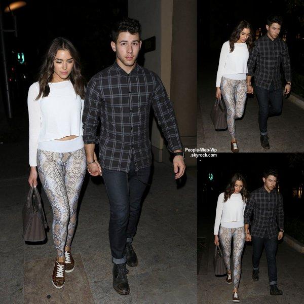 """Nick Jonas et sa petite amie Olivia Culpo se tiennent la main après un dîner au """"Mastro's Steakhouse""""  ( mercredi soir (29 Avril) à Beverly Hills, en Californie.)"""