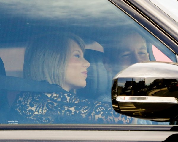 Taylor Swift a été aperçue avec son nouveau petit ami de Calvin Harris dans les rues de L.A ( jeudi après-midi (30 Avril) à Los Angeles.)