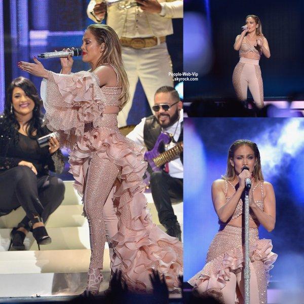 """Jennifer Lopez a été aperçue sur le tapis rouge lors de la cérémonie """"2015 Billboard Latin Music Awards""""  (jeudi (30 Avril) à la Banque United Center à Miami, en Floride.)"""