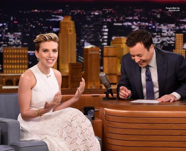 """Scarlett Johansson a fait une apparition lors de l'émission """"The Tonight Show Starring Jimmy Fallon"""".  L'actrice a fait la promo de son nouveau film The Avengers: Age of Ultron. ( jeudi (30 Avril) à New York.)"""