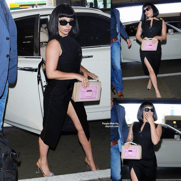 Lady Gaga arrive à l'aéroport de LAX pour se rendre à NY pour assister au  2015 Met Gala, qui aura lieu lundi soir. ( dimanche (3 mai) à Los Angeles.)