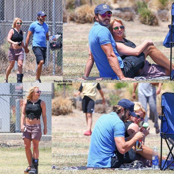 Britney Spears a été aperçue avec son chéri Charlie Ebersol en regardant le match de football de son fils Jayden James au Canoga Park,  (dimanche (3 mai) en Californie.)