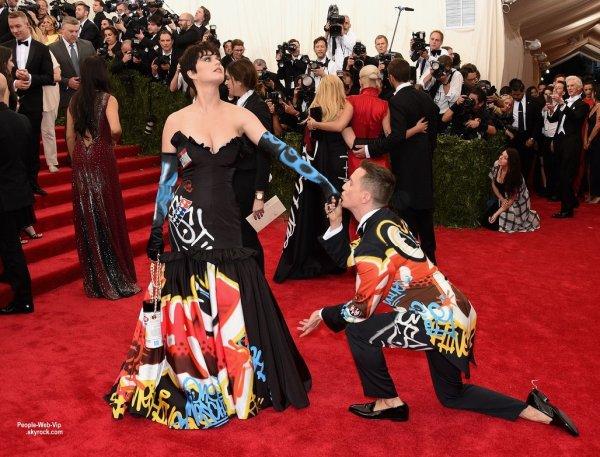 """- MET GALA 2015 - RED CARPET -    La belle brune Katy Perry avec sa nouvelle coupe de cheveux, Selena Gomez,  Kerry Washington, Madonna, Jennifer Lopez et Lady Gaga sur la tapis rouge lors de la soirée """"  2015 Met Gala """" au Metropolitan Museum of Art (lundi (4 mai) à New York.)"""
