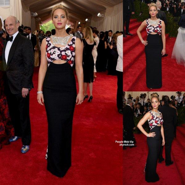 """- MET GALA 2015 - RED CARPET -      Coup de coeur pour la tenue de Jennifer Lawrence sur la tapis rouge lors de la soirée """"  2015 Met Gala """" au Metropolitan Museum of Art. Que pensez vous de sa tenue?  (lundi (4 mai) à New York.)"""