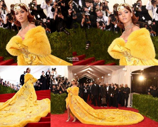 """- MET GALA 2015 - RED CARPET -       Rihanna prend la pose sur la tapis rouge lors de la soirée """"  2015 Met Gala """" au Metropolitan Museum of Art avec une robe très très ... jaune.  (lundi (4 mai) à New York.)"""