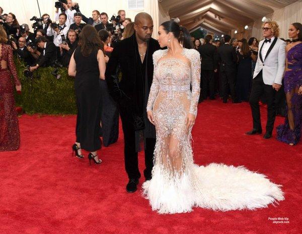 "- MET GALA 2015 - RED CARPET -       Kanye West a été aperçu avec sa femme Kim Kardashian qui prend la pose avec une robe glamour  sur la tapis rouge lors de la soirée ""  2015 Met Gala "" au Metropolitan Museum of Art.  (lundi (4 mai) à New York.)"