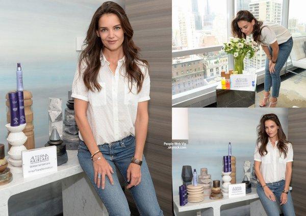 """Katie Holmes a été aperçue lors du lancement de """"Alterna Haircare's Bamboo Beach Collection"""". Note : Elle ne s'est donc pas coupé les cheveux lors du MET GALA 2015. ( mardi (5 mai) à New York.)"""