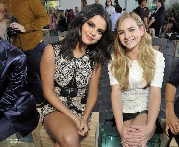 """Selena Gomez a été aperçue avec le modèle Miranda Kerr lors du """"Louis Vuitton Cruise 2016 Resort Collection Show""""  lieu dans une résidence privée. (mercredi (6 mai) à Palm Springs, en Californie.)"""