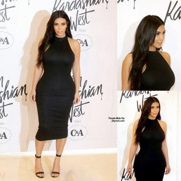Kim Kardashian prend la pose sur le tapis lors du lancement de sa ligne de vêtements en partenariat avec C&A  au Brésil. (lundi (11 mai) à Sao Paulo, Brésil)
