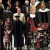 Kanye West, le rappeur de 37 ans, qui avait débuté une formation d'art avant de quitter l'université à l'âge de 20 ans, a reçu lundi un doctorat honoris causa de l'école d'art de Chicago.  (lundi (11 mai) à Chicago, Ill.)