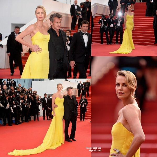 Charlize Theron exhibe sa superbe robe jaune à la première de son film Mad Max: Fury Road pendant le Festival de Cannes 2015. L'actrice a été aperçue avec son petit ami Sean Penn.  (jeudi (14 mai) à Cannes, France.)