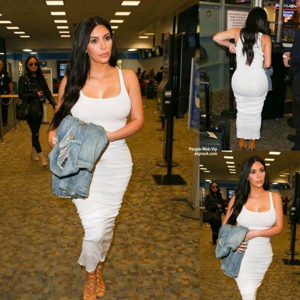 Kim Kardashian aperçue à l'aéroport, vêtue d'une  robe moulante  ( mercredi (13 mai) à Burbank, en Californie.)