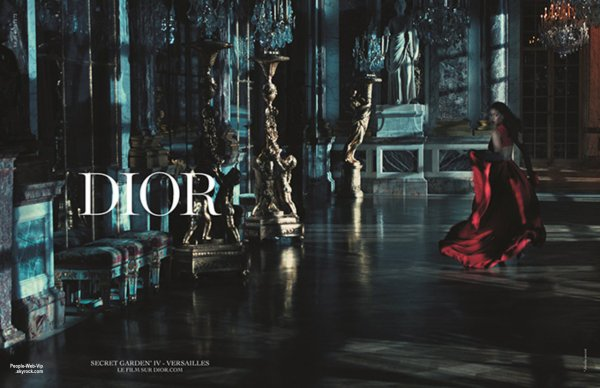 DIOR : Rihanna a été photographiée au Château de Versailles pour sa première campagne publicitaire en tant qu'égérie de la maison de couture Christian Dior. Première ambassadrice afro-américaine de la marque, Rihanna rejoint Charlize Theron, Natalie Portman, Marion Cotillard et Jennifer Lawrence.