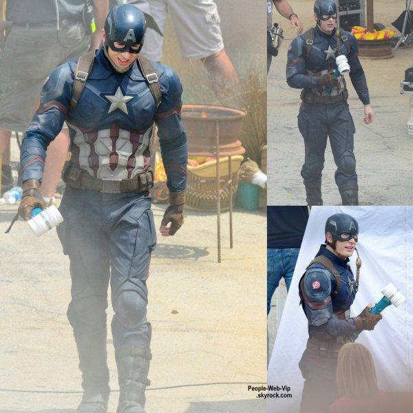 """Chris Evans a été aperçu pendant le tournage de certaines scènes de son prochain film """"Captain America: Civil War""""  avec Scarlett Johansson. (vendredi (15 mai) à Atlanta, Ga.)"""