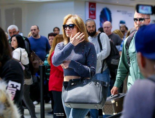 Jennifer Lopez a été attaqué par des confettis à l'aéroport de LAX. Rien de grave elle est même contente. Et oui, elle a une nouvelle coupe de cheveux. Vous aimez ? (mardi (26 mai) à Los Angeles.)