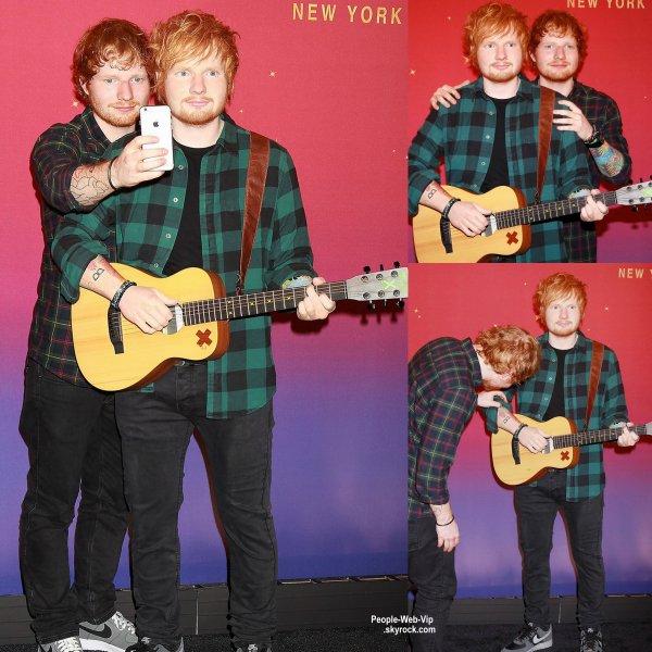 Ed Sheeran pose avec sa statue de cire lors de l'inauguration au musée de Madame Tussauds de New York. (jeudi après-midi (28 mai) à New York.)