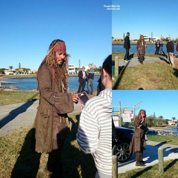 """Johnny Depp a été aperçu dans son costume de Jack Sparrow lors de tournages de scènes pour son prochain film """"Pirates des Caraïbes""""   ( lundi 5 (Juin 1) dans le Queensland, en Australie.)"""