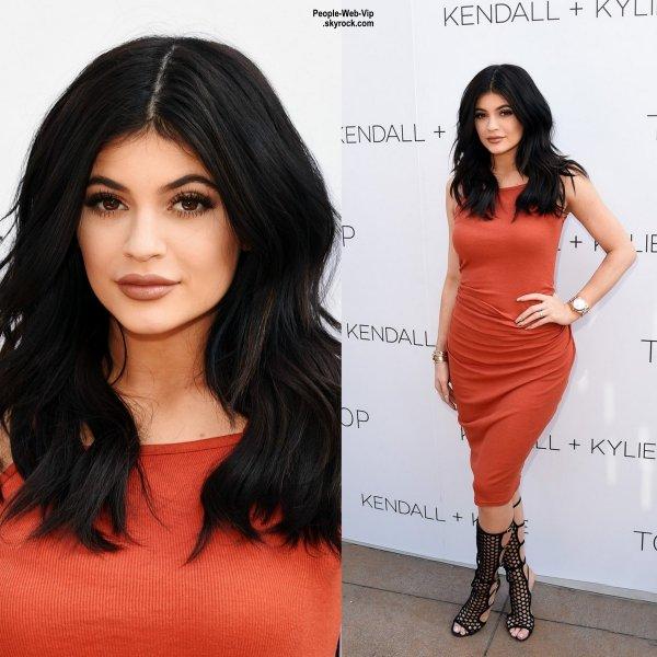 """Kendall et Kylie Jenner prennent la pose à leur arrivée à la soirée de lancement pour leur marque """" Kendall + Kylie Topshop Fashion Line""""  ( mercredi soir (3 Juin) à Los Angeles.)"""
