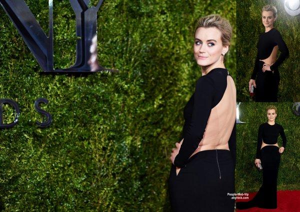 Ashley Greene, Jennifer Lopez, Vanessa Hudgens, Ashley Tisdale et Taylor Schilling posent tous sur le tapis rouge des Tony Awards 2015  (dimanche soir (Juin 7) au Radio City Music Hall à New York.)