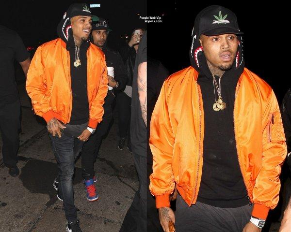 Rihanna a été aperçue en arrivant au Hooray Henry.  Puis elle a été vu quittant la boîte de nuit avec son petit ami Karim Benzema, enfin selon les rumeurs. Mais c'est pas fini puisque Chris Brown a également été repéré quittant le club cinq minutes après elle. (vendredi (19 Juin) à Hollywood.)