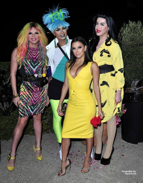 """Eva Longoria a été aperçue au """"Svedka Vodka's Summer Fiesta"""" dans une maison privée. L'actrice a été rejoint par Sophie Monk, Cher Lloyd, ainsi que des drag-queen RuPaul Raja, Adore Delano, et Willam. (mercredi (17 Juin) à Beverly Hills, en Californie.)"""