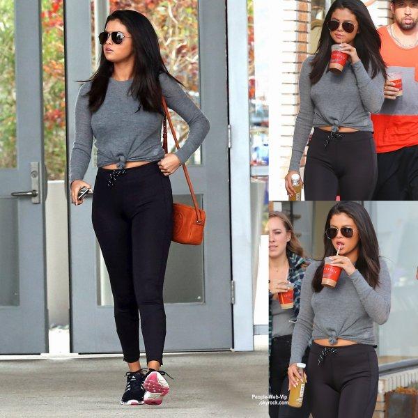 Selena Gomez a été aperçue avec des amis dans les rues de Los Angeles. ( jeudi (18 Juin) à Los Angeles.)