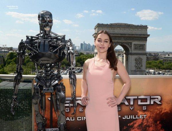 Emilia Clarke prend la pose pendant le photo-call pour son prochain film Terminator: Genisys sur les Champs-Elysées. L'actrice anglaise a été rejoint par sa co-star Arnold Schwarzenegger et réalisateur Alan Taylor. (vendredi (19 Juin) à Paris, France.)