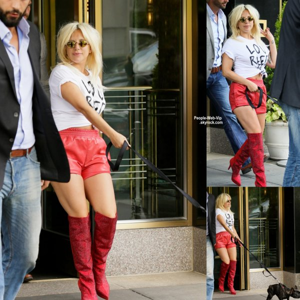 Lady Gaga sort de son immeuble avec son adorable chien Asia à New York. ( vendredi après-midi (19 Juin) à New York.)