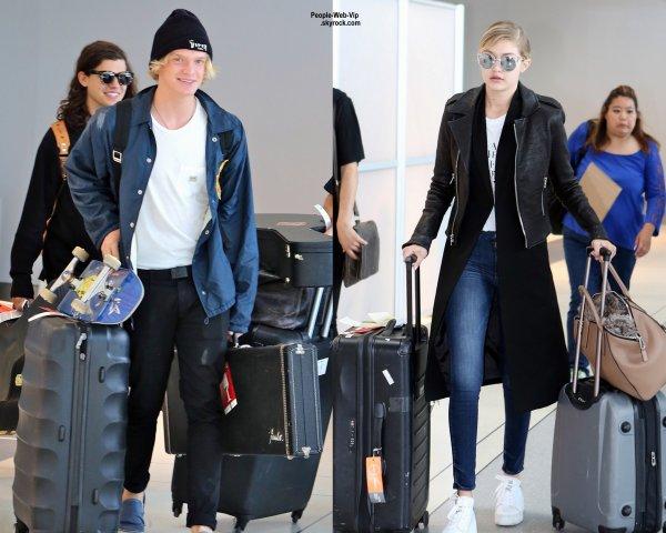 """Moment gênant pour Gigi Hadid et Cody Simpson qui sont séparés de manière officielle depuis mai, ils ont partagé le même vol pour se rendre à Los Angeles. Cody a posté une photo sur snapchat à ses fans avec pour légende """" """"When u get seated next to ur ex on a plane"""" (  """"Quand tu te retrouves assis dans un avion à côté de ton ex..."""" ) (lundi (22 Juin)"""