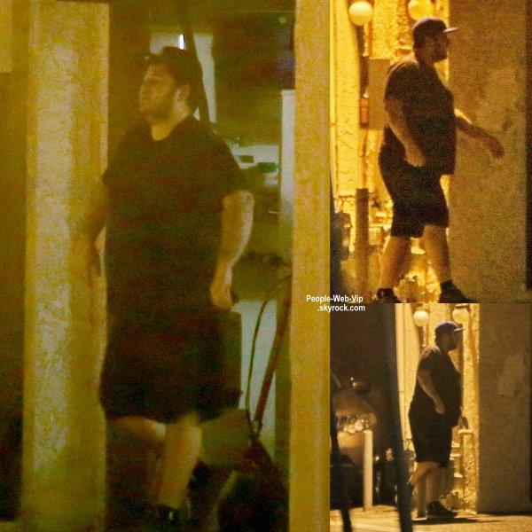 Rob Kardashian a fait une rare apparition en public avec ses amis dans les rues de Woodland Hills. Prions pour que son état s'améliore... (jeudi (18 Juin) à Woodland Hills, en Californie.)
