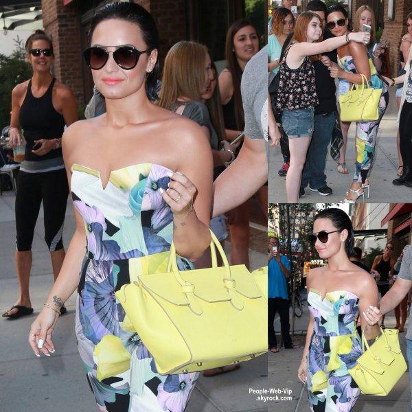 Demi Lovato a été aperçue quittant son hôtel à New York (jeudi matin (25 Juin)