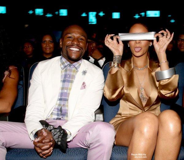 """Rihanna assis dans la première rangée avec Floyd Mayweather au """" BET Awards 2015""""  (dimanche (28 juin) au Théâtre de Microsoft à Los Angeles.)"""