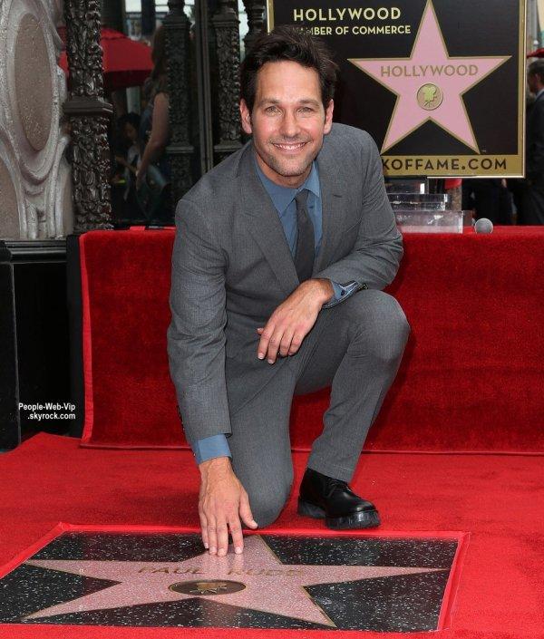 Paul Rudd pose avec son étoile sur le célèbre Hollywood Walk of Fame. L'acteur a été rejoint à la cérémonie par son épouse Julie Yaegar et ses enfants Jack et Darby ainsi que les acteurs Michael Douglas et Adam Scott. (mercredi (1 Juillet) à Hollywood.)