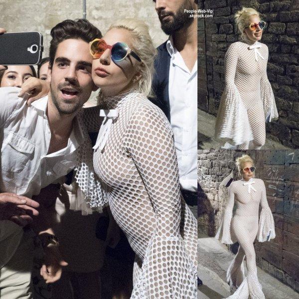Lady Gaga a été aperçue dans une tenue oulala dans les rues d'Italie. ( lundi soir (Juillet 13) à Pérouse, en Italie.)