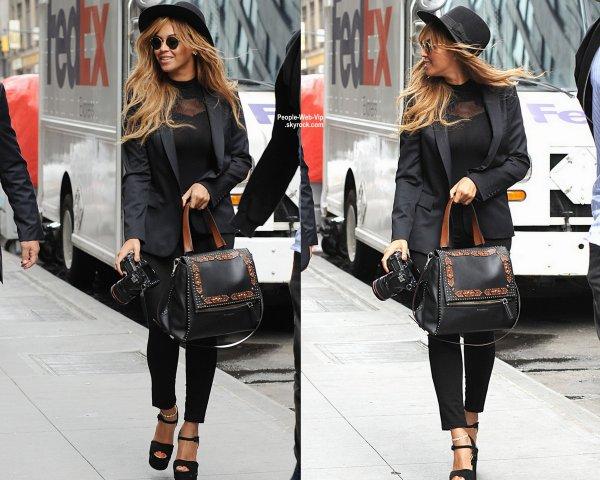 Beyonce a été aperçue dans les rues de New York. Selon quelques rumeurs, Beyonce pourrait être enceinte de son deuxième enfant. ( mercredi après-midi (15 Juillet) à New York.)