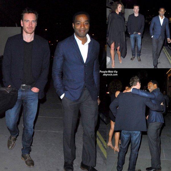 """Michael Fassbender a été aperçu avec son ami l'acteur Chiwetel Ejiofor près du restaurant """"Scott"""". ( samedi (8 Août) à Londres, en Angleterre.)"""