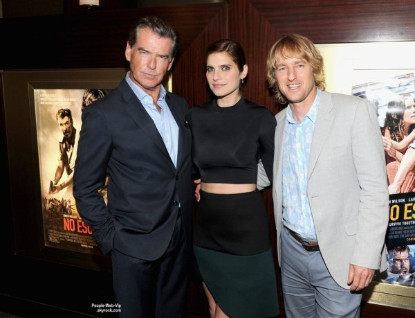 Lake Bell prend la pose avec ses co-stars Pierce Brosnan et Owen Wilson pendant la projection de leur dernier film No Escape tenue au Dolby Theater 88  (lundi (24 Août) à New York.)