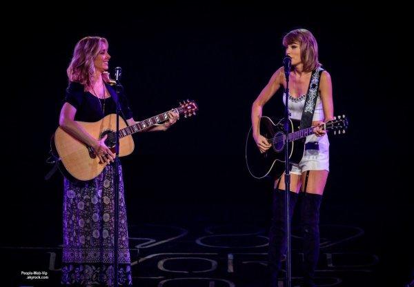 """Selena Gomez a rejoint sa copine Taylor Swift sur scène lors du """" 1989 World Tour""""  ( mercredi (26 Août) au Staples Center à Los Angeles.)"""