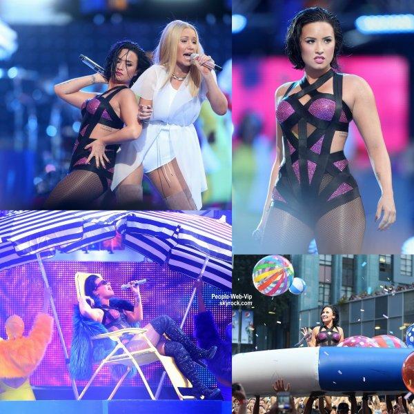 - 2015 MTV Video Music Awards - RED CARPET Rita Ora et Nicki Minaj  au Théâtre Microsoft.  (dimanche (30 Août) à Los Angeles.)